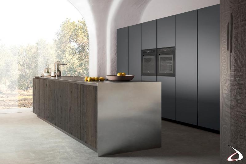 Cucina di design con colonne a muro e isola centrale con piano top in acciaio