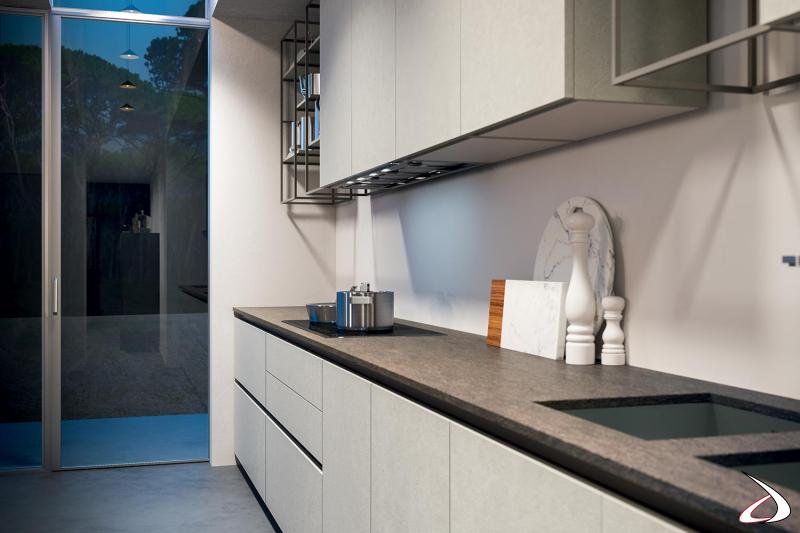Cuisine équipée moderne en mélaminé effet ciment avec plan de travail en grès et évier à encastrer.
