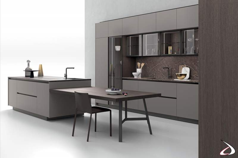 Cuisine de niche modulaire moderne avec des vitrines et des éléments muraux de différentes profondeurs