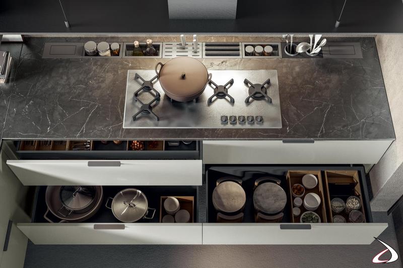 Moderna cocina a medida con encimera de mármol y canal de acero equipado detrás de la placa de cocción