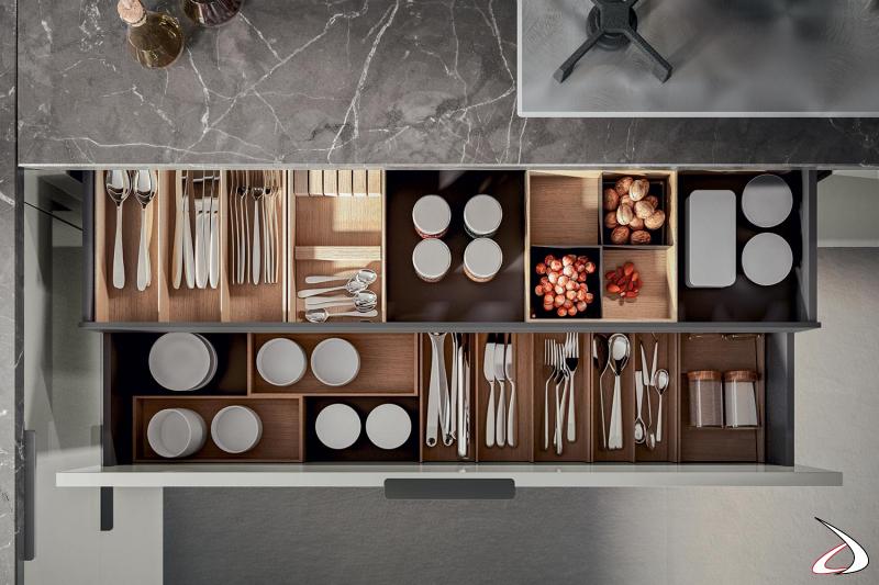 Cocina de diseño moderno con cajones equipados con cubertero