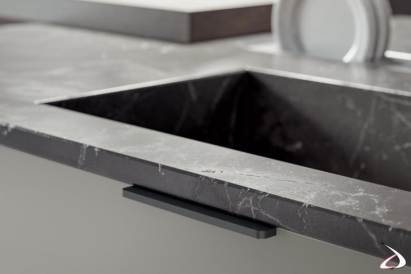 Cocina de diseño moderno fabricada en Italia con encimera de mármol y fregadero integrado