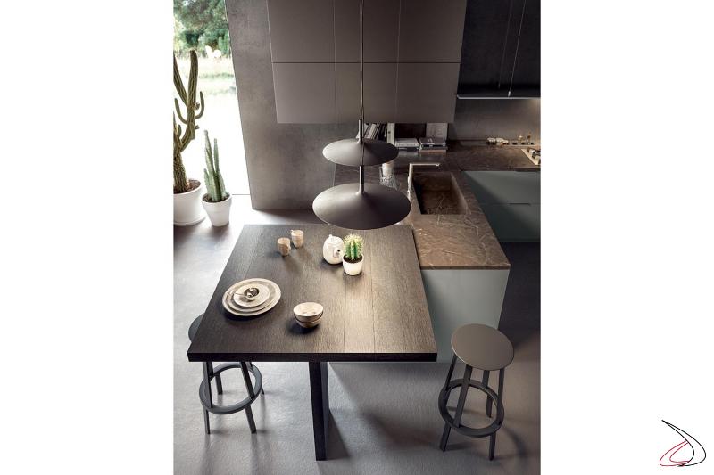 Moderna cocina peninsular con encimera de mármol y mesa alta de madera para aperitivos