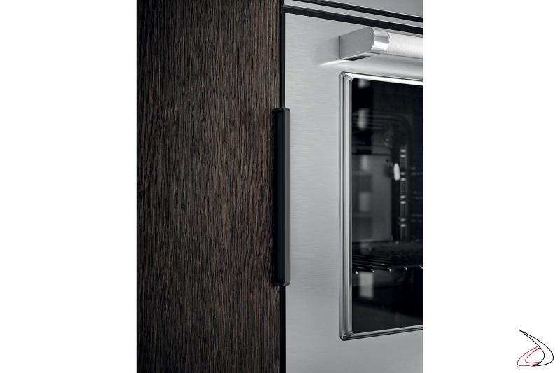 Detalle de la cocina con tirador exterior y horno de acero