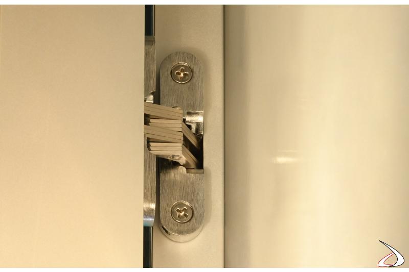 Cerniera regolabile per ante laterali che permette la rotazione di 270°