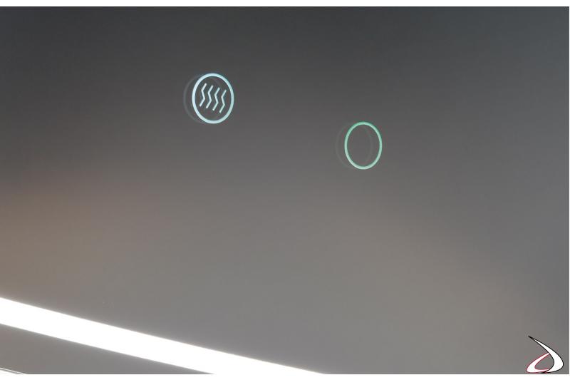 Specchio moderno con doppio interruttore touch per illuminazione led e funzione antiappannamento