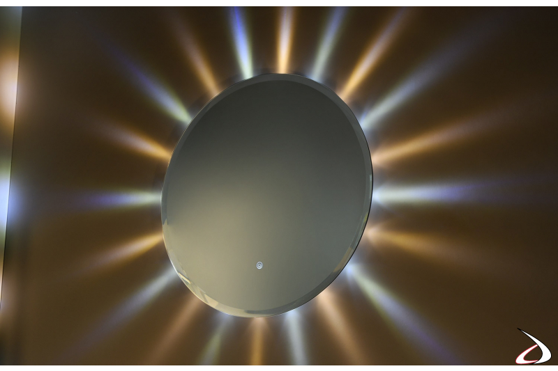 Specchiera rotonda di design con luci led colorate come raggi del sole