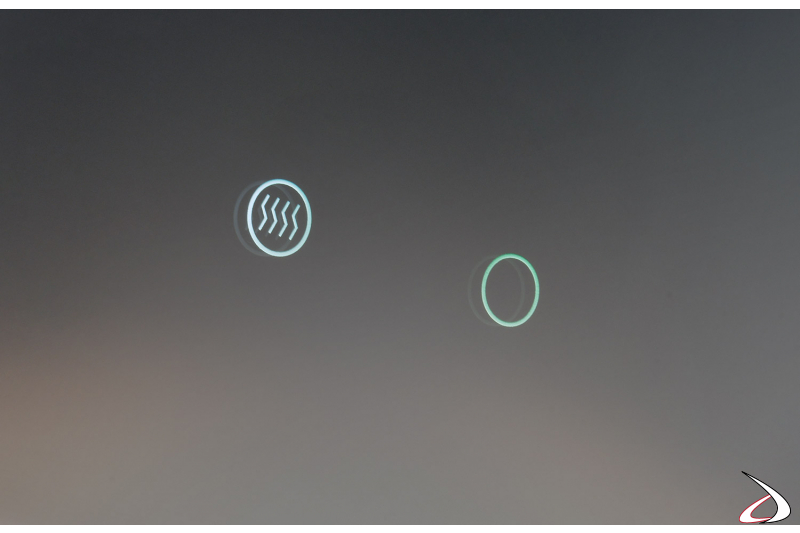 Specchio design con interruttori touch per la funzione antiappannamento e l'illuminazione