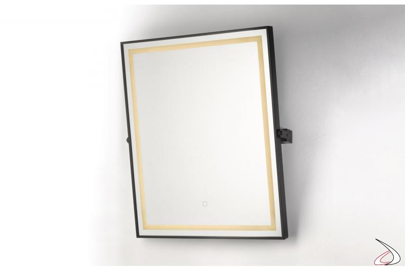 Specchiera design retroilluminata, inclinabile con telaio in metallo nero opaco