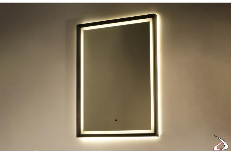 Specchiera di design con cornice in metallo e retroilluminazione a led tramite plexiglass