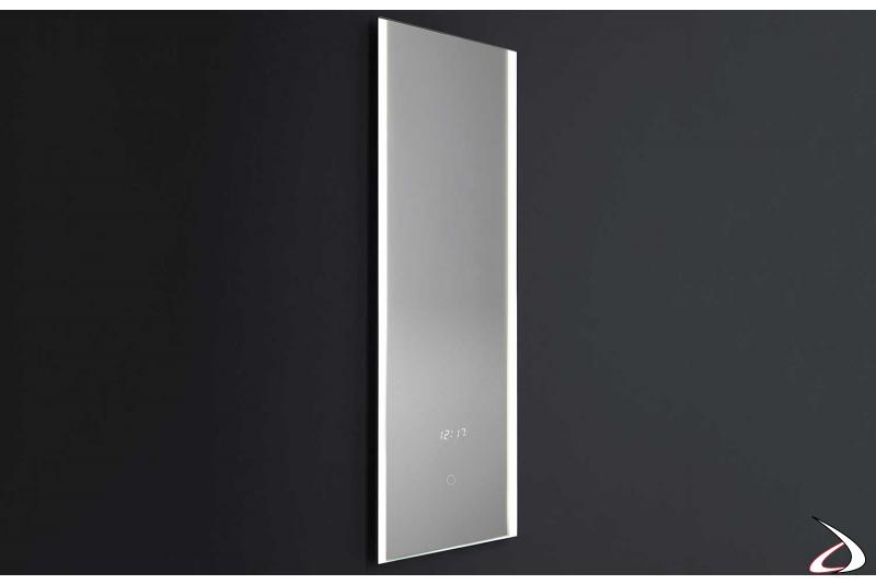 Specchio con orologio di design retroilluminato