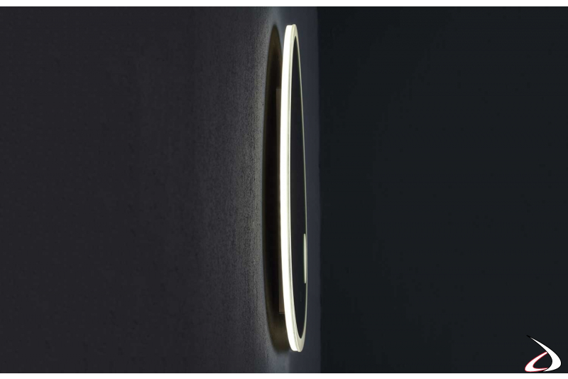 Specchio sagomato di design da bagno retroilluminato