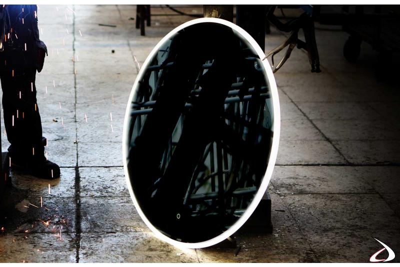 Specchio tondo retroilluminato con antiappannamento di design