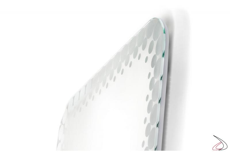 Specchio rettangolare con bordo decorato e retroilluminato a led