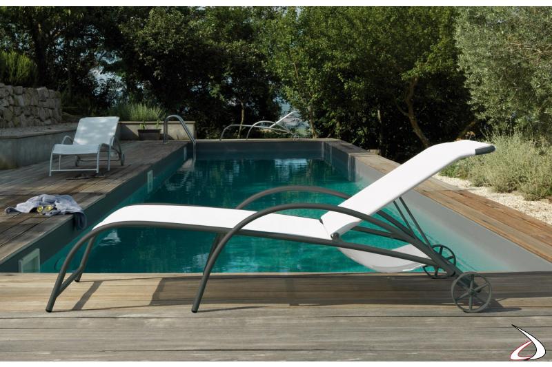 Lettino prendisole di design da piscina su ruote con braccioli