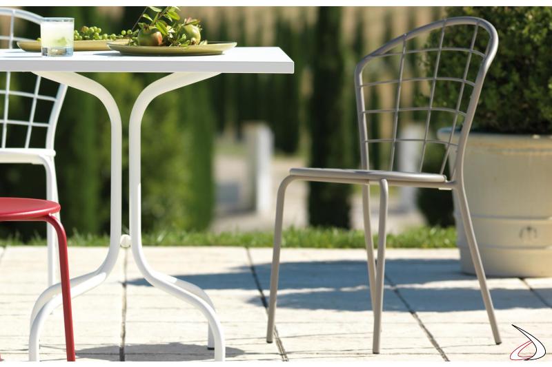 Sedia moderna in metallo con schienale reticolato arcato