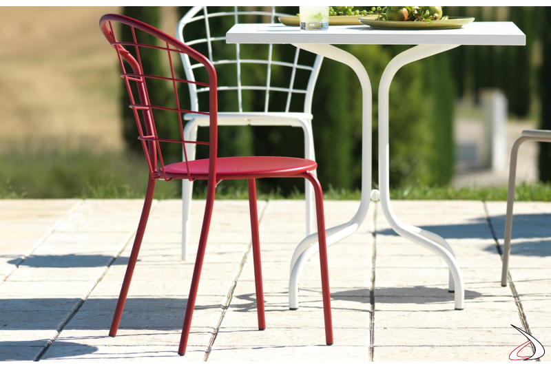 Sedia da giardino in metallo zincato con schienale curvato