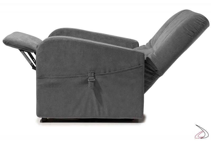 Poltrona con meccanismo di sollevamento poggiapiedi e distensione schienale