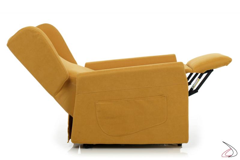 Poltrona con schienale abbassato e poggiapiedi sollevato per un comodo relax