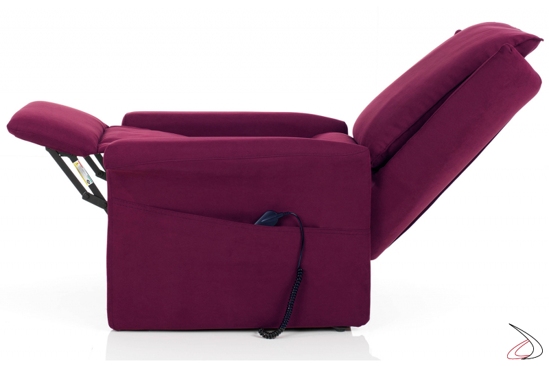 Poltrona con poggiapiedi sollevato e schienale abbassato per il massimo comfort
