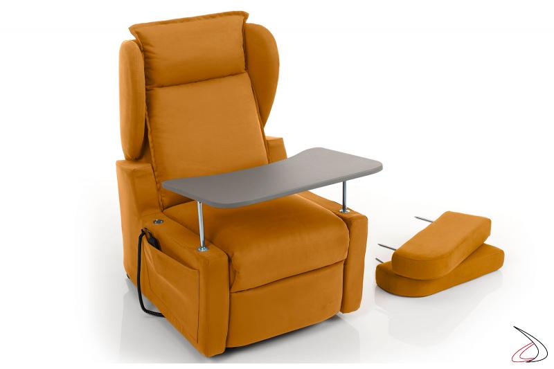 Poltrona con braccioli rimossi e dotata di comodo tavolino multiuso incorporato