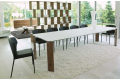 Tavolo moderno allungabile in vetro bianco con gambe in legno noce