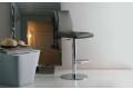 Sgabello realizzato da Bontempi con basamento centrale in acciao cromato e seduta in ecopelle grigia Nata
