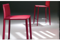 Sgabello con schienale basso realizzato con struttura in acciaio rivestita in cuoio rosso modello Linda