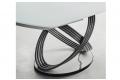 Tavolo di design con basamento ad anelli in acciaio