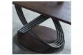 Tavolo con basamento ad anelli intrecciati