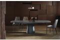 Tavolo allungabile moderno con basamento in cemento e piano in cristallo antigraffio