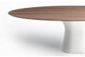 Tavolo moderno ellittico con piano in legno impiallacciato e basamento in cemento bianco