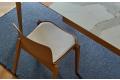 Sedia moderna in legno rovere naturale con cuscino seduta in ecopelle