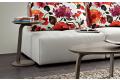 Tavolino moderno alto in legno colorato da lato divano senza braccioli