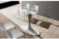 Tavolo con basamento in marmo sintetico laccato bianco Kos e piano vetro