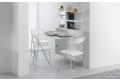 Tavolo consolle piccolo bianco sospeso a muro con sedie e libreria