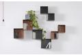 Libreria di design composta da pensili a cubi in acciaio