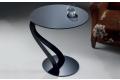 Tavolino di design con struttura in alluminio e piano in vetro
