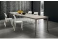 Tavolo design allungabile per 14 persone con piano in HPL e gambe in faggio