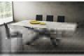 Tavolo di design in laminam bianco statuario con piano a botte e gambe intrecciate