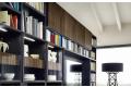 Libreria in legno da soggiorno con vetrinette e luci