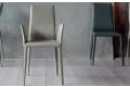 Sedia moderna con braccioli da soggiorno