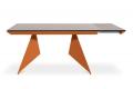 Tavolo di design con piano in vetro e struttura in metallo verniciato arancione