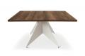 Tavolo quadrato di design in nobilitato con gamba centrale in metallo