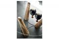 Tavolo rotondo di design in vetro con gambe in legno di Bricole di Venezia