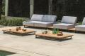 Tavolino di design basso da bordo piscina in legno teak con base in alluminio