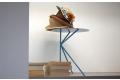Tavolino moderno minimalista con tre gambe