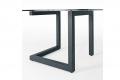 Particolare vista del tavolo V6 con struttura in metallo e piano in vetro.