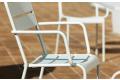 Sedia con braccioli da giardino a doghe in metallo