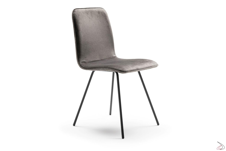 Sedia dal design semplice, con seduta e schienale imbottiti e rivestimento in velluto. Basamento in ferro nero.